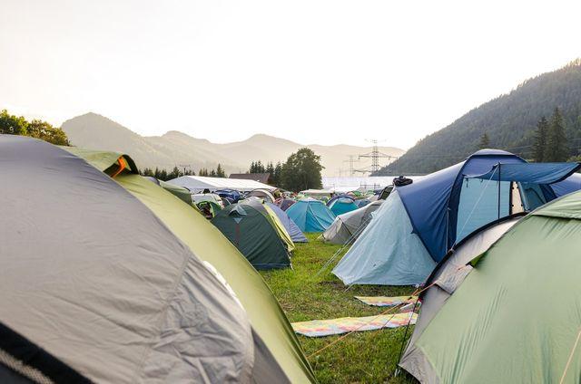 Jak wybrać pole namiotowe?